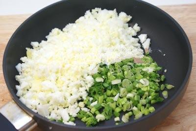 Теперь нам нужно сварить вкрутую яйца и по шинковать. Берем сковородку и растопим половинку сливочного масла, добавив при этом яйца и по шинкованный лук. Поджариваем около 1 минуты, перемешивая.Добавим щепотку соли.