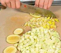 В первую очередь начнем с кабачков.Моем, счищаем кожуру. Из крупных кабачков убрать семечки.Режем маленькими кубиками. Мелкими кубиками порезать лимон.