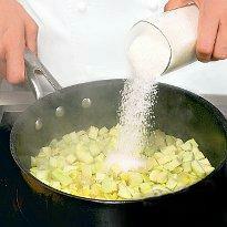 Теперь нам нужна кастрюля. Закладываем туда кабачки с лимоном, добавить сахар. Немного перемешаем и настаиваем примерно 1 час.