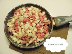 Чистим лук и мелко нашинкуем.На предварительно прогретой сковородке с растительным маслом, обжариваем до прозрачности лук. После того, как лук приобрел прозрачность, выложить фарш, добавить соль и перец. Готовим ингредиенты до полного приготовления, перемешивая.