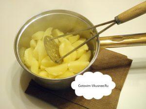 Как картошка сварится, вытаскиваем лавровый лист, размять в пюре.