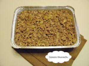 Теперь нам нужна форма для выпечки, будем запекать наше блюдо. Добавляем в форму сливочное масло для смазки. Выложить плотный слой картофельного пюре (половину). Добавляем приготовленный лук с фаршем на сверху картофельного слоя.