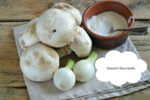 В первую очередь нам нужно приготовить продукты. Репчатый лук и грибы шампиньоны очистить и помыть в чистой воде.
