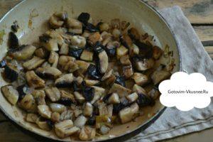 Ставим на плиту сковородку, разогреваем, налить подсолнечное масло. В сковородку закладываем лук, который мы порезали. Обжариваем его в течении четырех - пяти минут, пока не примет золотистый цвет. Добавляем шампиньоны и соль. Все перемешиваем и начинаем тушить на маленьком огне до тех пор, пока вся жидкость не испарится.По времени это выйдем около десяти минут. Не забудьте добавить по вкусу соль и перец.