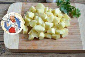 Очистить картошку, не крупно порезать, заложить в кастрюлю. Варим тридцать минут.Картошка должна немного провариться.