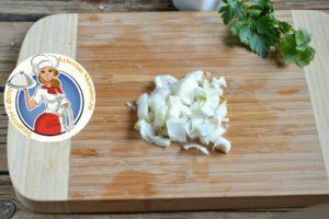 В разогретую сковородку добавить сливочное масло, морковь, лук. Пассируем, закладываем пассированные ингредиенты в суп. По вкусу посолите, добавьте лавровый лист и специи.