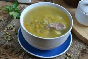 Наш гороховый суп по классическому рецепту приготовлен. Разливаем по тарелкам и подаем к семейному столу. Не забудьте в суп добавить мелко порезанной зелени.