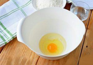 Первым делом, нам понадобится большое блюдо, где бортики высокие. Можно взять из стекла или пластика. Разбиваем в нее яйцо. Туда же немного налить уксусной кислоты, растительного масла (без запаха). Немножко посолите.