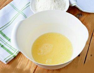 Теперь нам нужно немножко нагреть воды (она должна быть чистая, для питья). Заливаем воду в ингредиенты, которые в блюде. Берем венчик, взбить все до однородной массы, до появления небольшой пены.