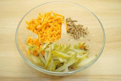 добавляем корейскую моркови и огурчики