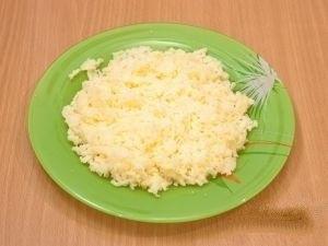 Мелко натираем на терке сыр.