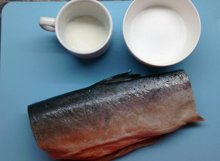 После того, как мы подготовили рыбу, обтираем ее до сухости салфетками.