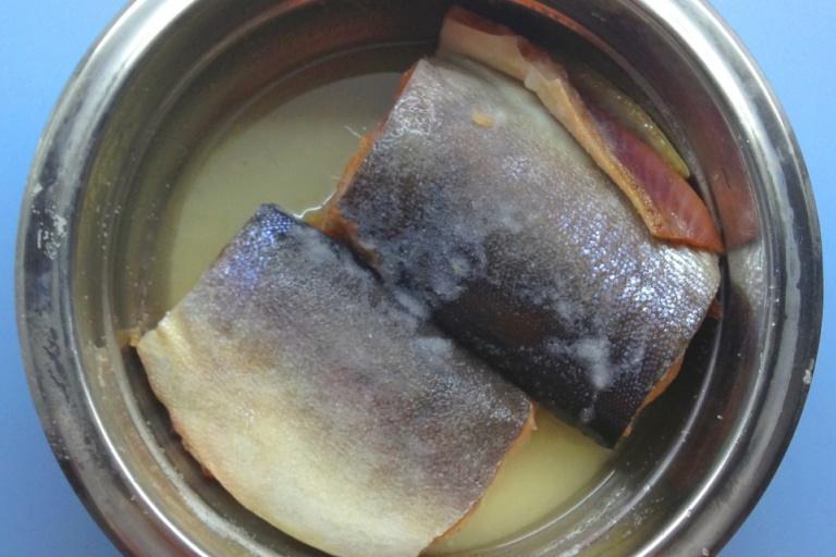 Берем рыбу.Разрезаем ее на пару частей, ложем в кастрюлю. Теперь соединяем соль с сахаром и эти ингредиенты втираем в рыбу везде. После того, как мы натерли горбушу, отложим ее на пару часов. Рыба должна дать рассол, перевернуть, добавить лаврушку и перец (горошком). Нам понадобится пищевая пленка. Для того, чтобы горбуша получилась малосольная, можно кушать ее через два часа. Если хотите побольше соли, держите ее два дня.