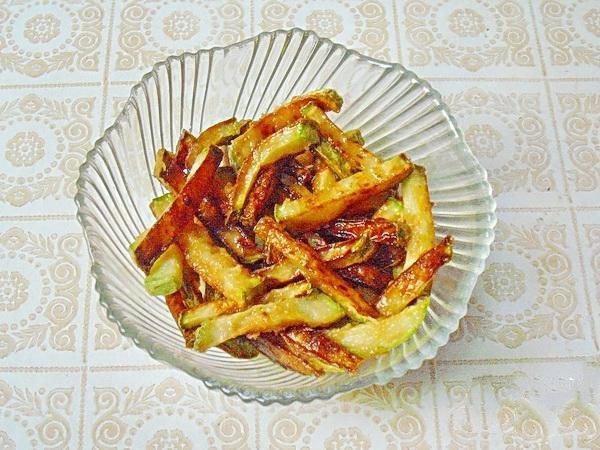 Наливаем в сковороду растительное масло. Когда масло закипит, нужно обжарить кабачки до румяного цвета. Когда у вас кабачков большое количество, периодически меняйте масло, после каждой обжарки. Обязательно обжаривайте понемногу, так кабачки лучше обжариваются.
