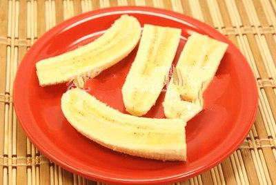 Берем банан и разрезаем его на четыре части.