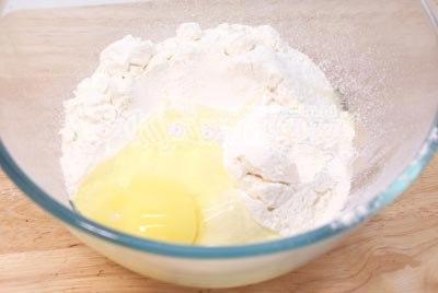 просеиваем через сито муку, добавив в нее соли с яйцами.