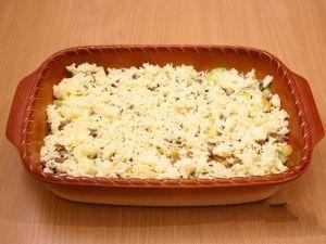 Сверху посыпать протертым сыром и убираем выпекаться в духовку.