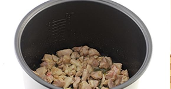 """Найдите в мультиварке режим для """"Выпечки"""". Закладываем в нее нарезанное мясо курицы и добавляем растительное масло. В течении пятнадцати или двадцати минут начинаем обжаривать мясо курицы.Крышку не закрываем."""