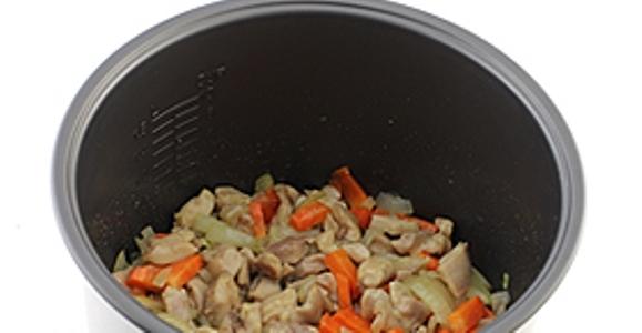 Следующим шагом, добавляем лук с морковью. Готовим примерно десять минут, вместе с овощами.