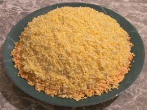 Ну и завершающим этапом нам нужно украсить наш салам протертыми желтками, а так же добавить зелени.После того, как украсили салат.Убираем его в холодильник на 1,5 - 2 часа, чтобы он пропитался и настоялся.Вот и все.Салат готов.