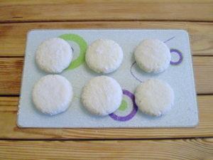 Раскладываем на тарелке. Заготовленные сырнички подготовлены к обжарке.