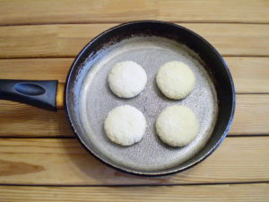 Сковородку нагреть, капнуть немного масла, смазать. Закладываем сырнички, обжариваем до золотистого цветы.