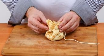 Листочки петрушки нужно не крупно порезать, смешать с ветчиной и сыром, добавить немного перца, по вкусу.