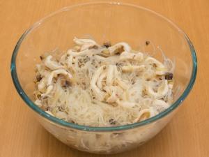 Перемешать ингредиенты из грибов, фунчозы, кальмаров.