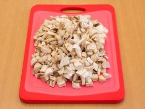 Порезать на кубики грибочки.
