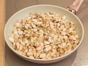 Закладываем грибочки. Добавляем соль, перец.