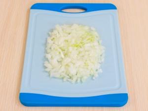 Займемся приготовлением соуса. Нашинковать мелкими частями лучок.