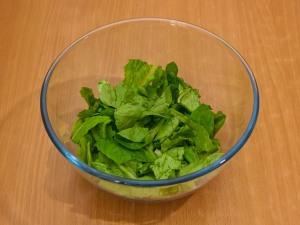 Порвем на мелкие части листья салата.