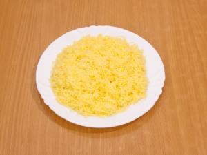 Через мелкую терку натираем сыра.