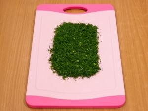 Нашинковать на мелкие части зелень.
