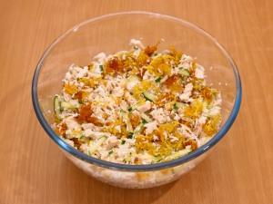 Соединяем ингредиенты из картошки (немножко оставляем, чтобы украсить салатик), огурцов, филейной части курицы, белков, лука, по вкусу добавить немножко соли.