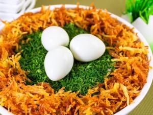 Выкладываем в ямочку предварительно сваренные, чищенные перепелиные яйца. У кого нет перепелиных яиц, заменить на желтки. Берем желтки и растираем их с майонезом, добавляем мелко нашинкованную зелень, лепим не крупные шарики, выкладываем на верх салата.