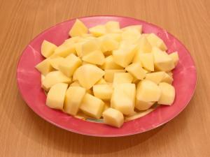 Очистить картошку, режем на крупные кубики, можно брусочки.