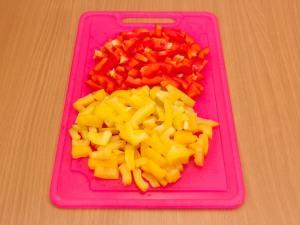 Почистить от семечек перец, порезать соломкой.