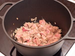 Положить мясо, хорошенько обжариваем.