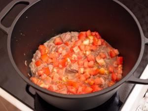 Следом положить томаты.