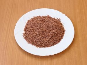 Через мелкую терку протираем шоколад.