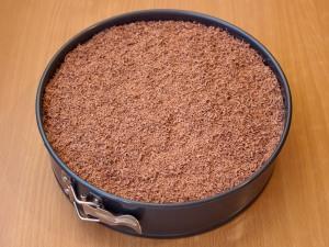 Теперь берем протертую крошку шоколада и обсыпаем пирог. Убираем в холодное место на три - четыре часа.