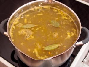 Залить огуречного рассола с лавровым листом, добавить перец. По вашему вкусу положить соль, варим в течение пяти минут.
