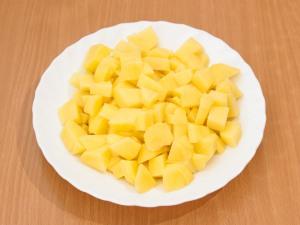 Чистим картошку, режем на кубики, можно брусочки.