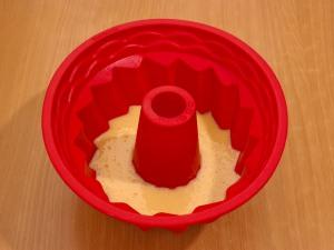 Теперь нам нужна форма для выпечки. Смазываем ее растительным маслом.