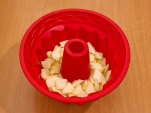 Как тесто залили, выкладываем яблоки (половину из порезанных) По желанию добавьте корицы.
