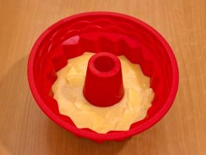 На выложенные яблоки наливаем тесто (половину от остатка)
