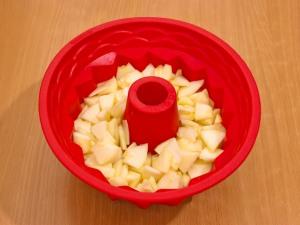 Следом выкладываем яблоки, которые остались.