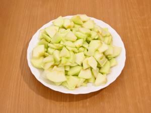 Чистим яблоки, вырезаем серединку с семечками. Режем на тоненькие ломтики.