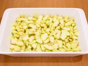 Сверху, на тесто, выкладываем резаные яблоки, разравниваем.